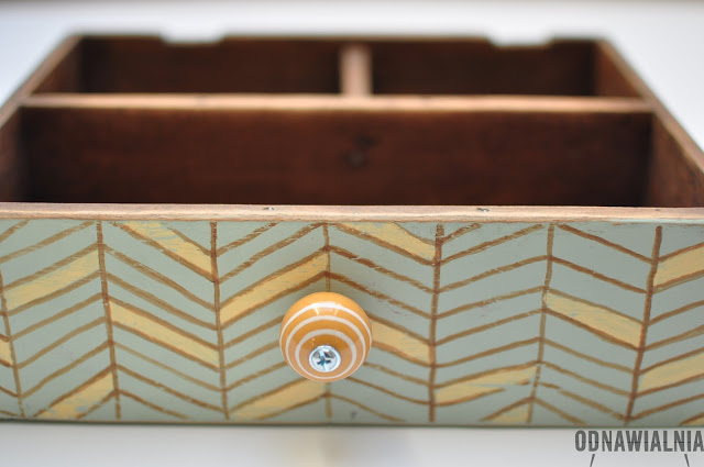 wzór jodełki na szufladzie
