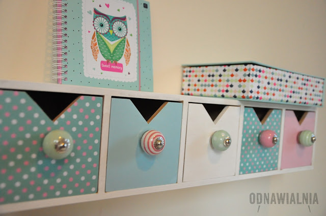półka nad biurko w dziecięcym pokoju